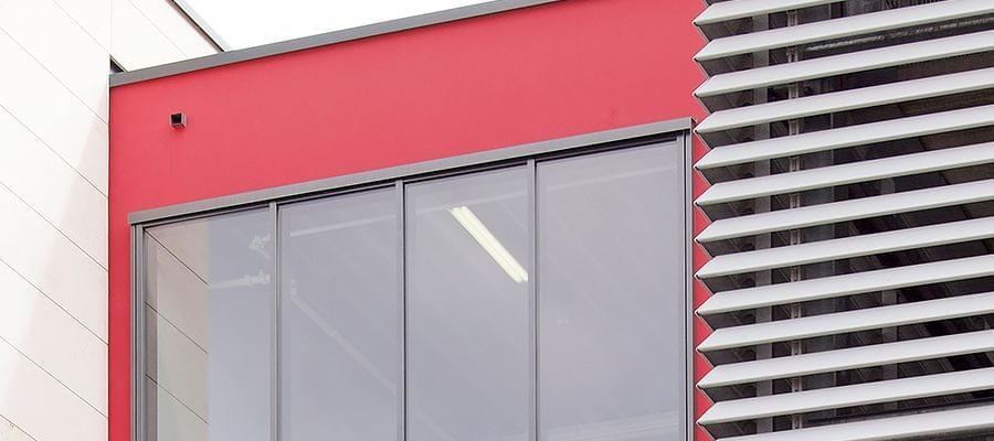 Rote Außenwand mit Festverglasung