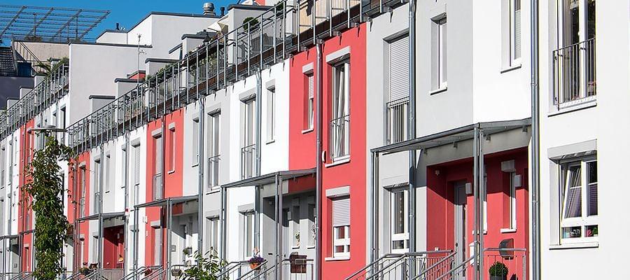 Fassade in Weiß Rot Grau