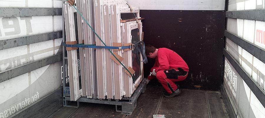 Sicherung eines Glasbocks im LKW