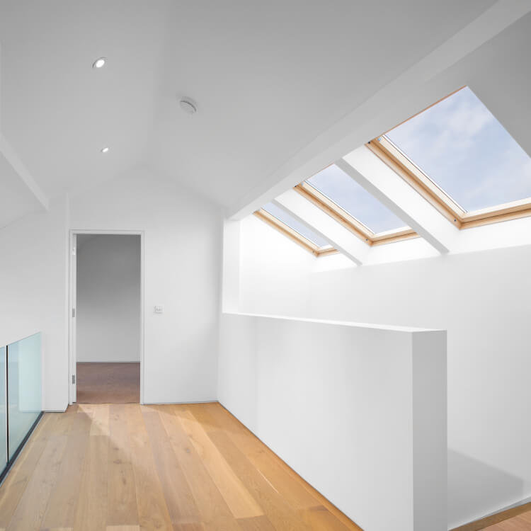 Dachflächenfenster aus Holz mit Festverglasung