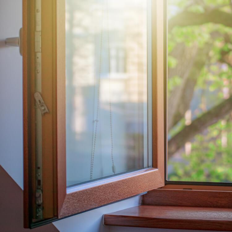 Fenster aus Kunststoff in Holzoptik