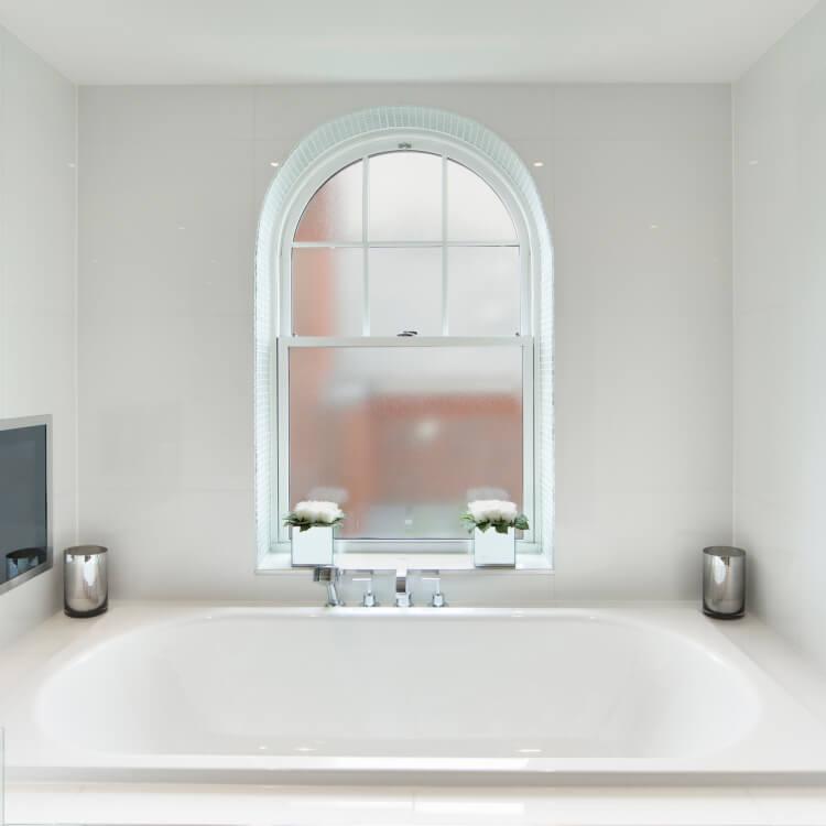 Fenster mit Milchglas im Badezimmer