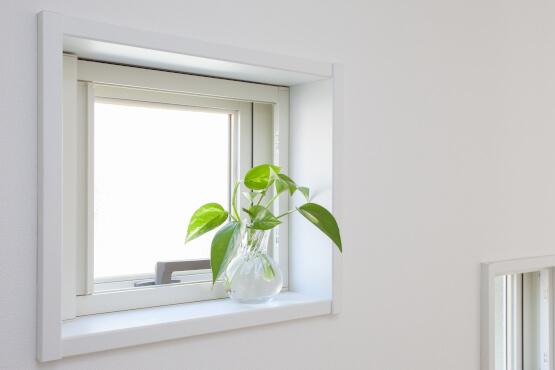 Kleines Fenster mit Milchglas