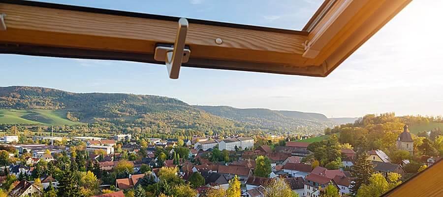 Holz Dachfenster geöffnet