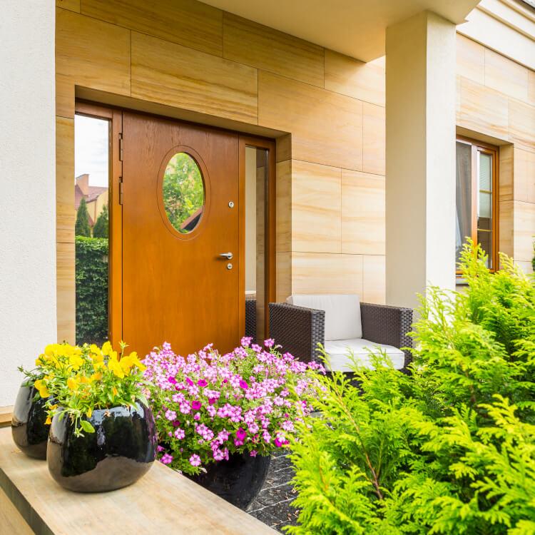 Haustür mit rundem Fenster