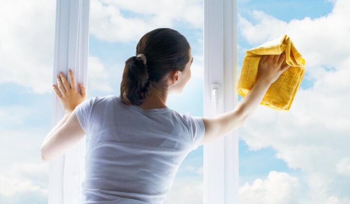 Streifen am Fenster putzen