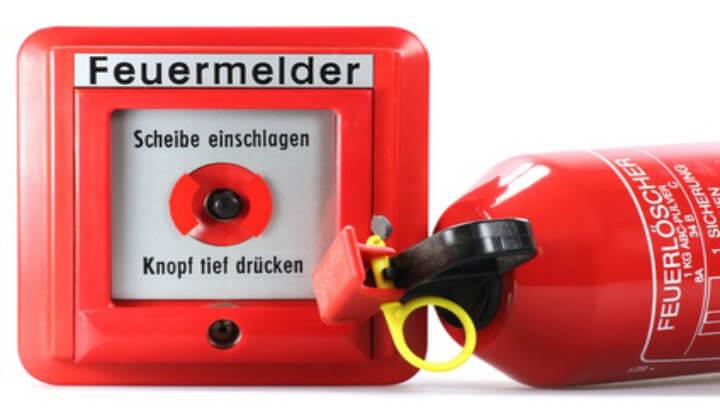 Feuerlöscher und Alarmknopf