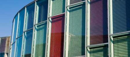 Glasfassade mit bunten Fenster Jalousien