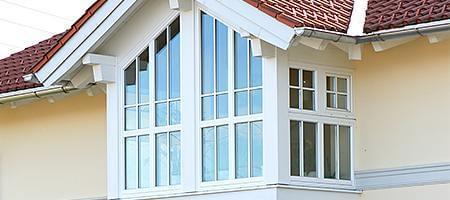 Modernes Erkerfenster unter Dach
