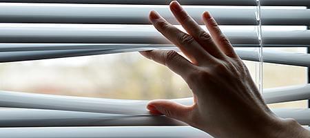 Jalousien als Sonnenschutz für Fenster