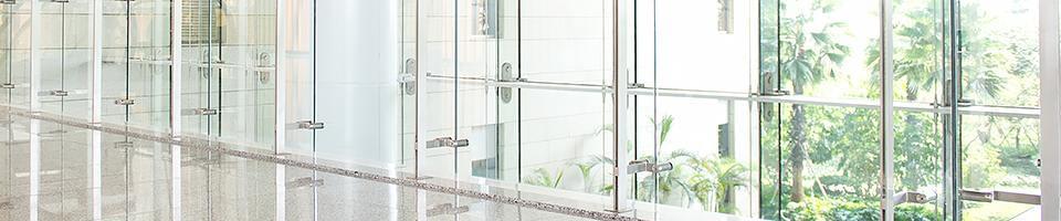 Glasfront mit Alarmglas