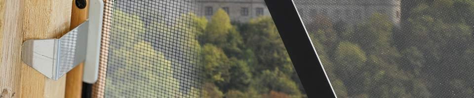 Blick durch ein Fliegengitter aus Fiberglas