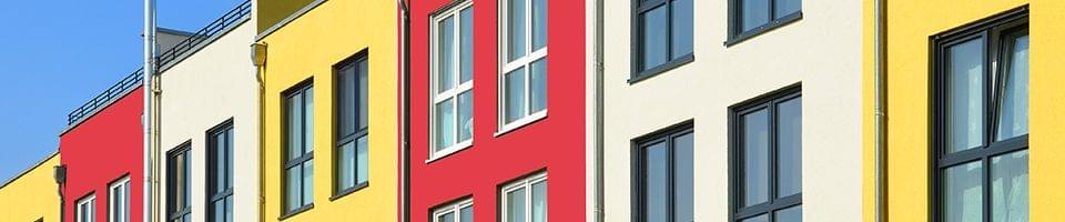 Fassadengestaltung mit Fenstern aus Holz oder Aluminium