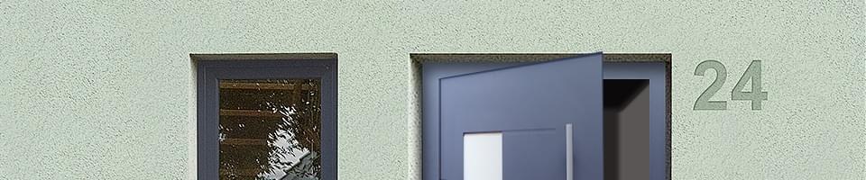 Geöffnete Hauseingangstür in Blau mit Glaseinsatz