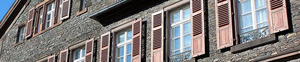 Klappläden an Fenstern